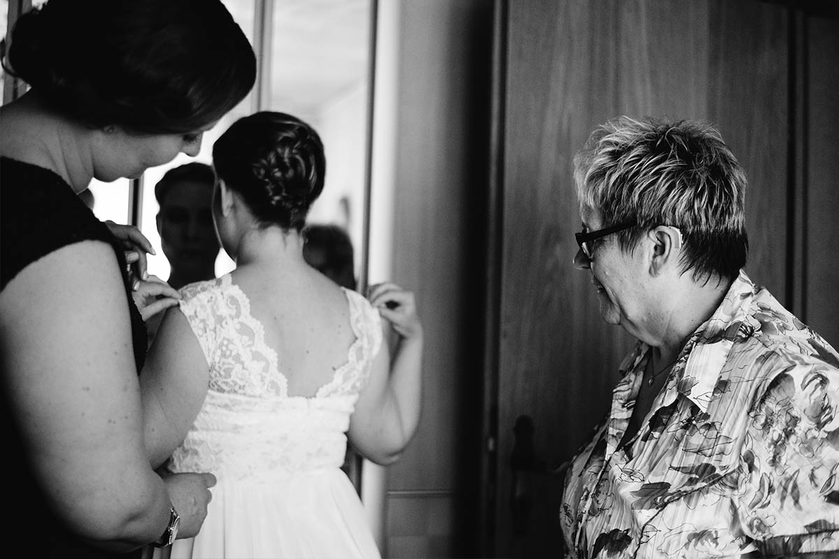 Getting Ready anziehen Braut