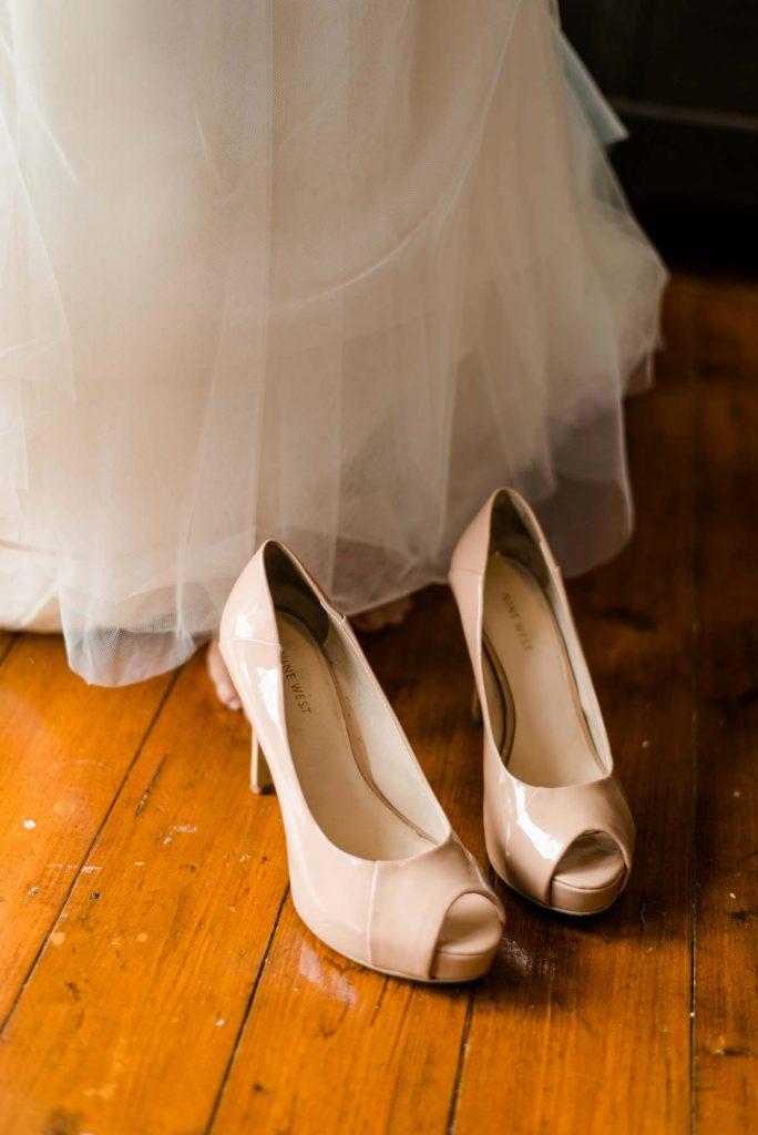 Hochzeitsfotografie Getting Ready - Kleind und Schuhe