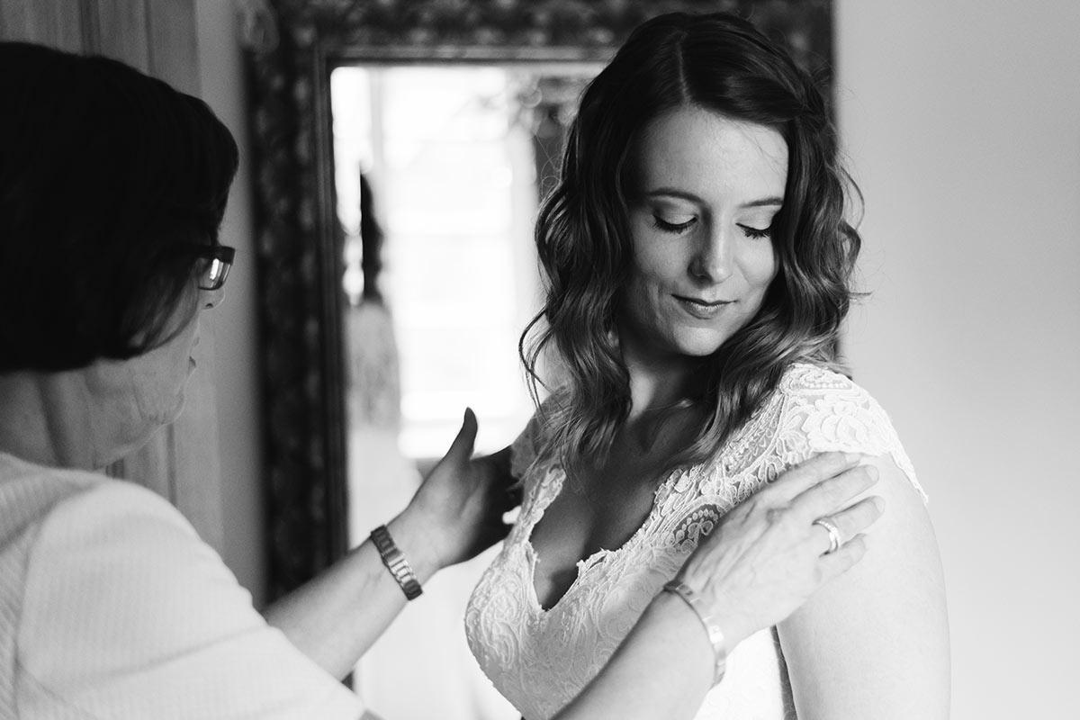 Braut Getting Ready mit Brautmutter