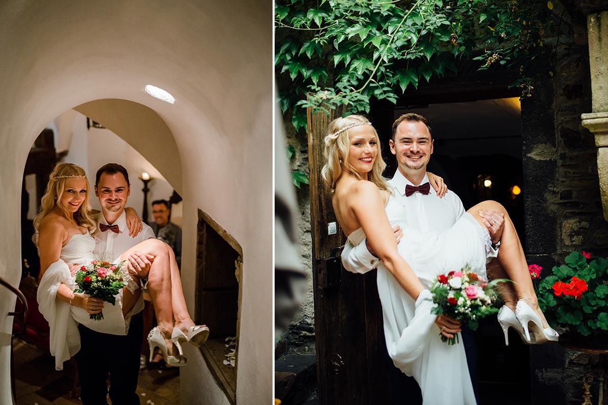 Braut über die Schwelle tragen