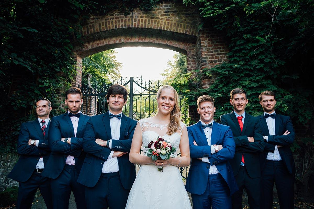 Braut und Jungs Gruppenfoto