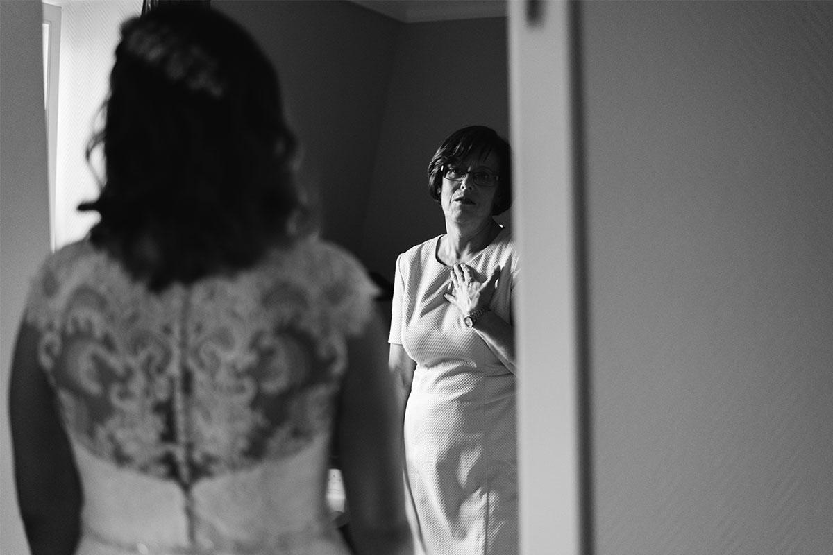 Emotionale Brautmutter Getting Ready