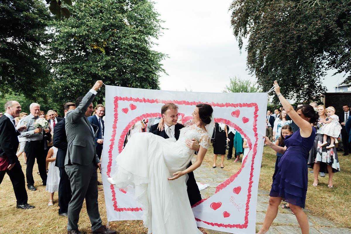 Braut durchs Herz tragen