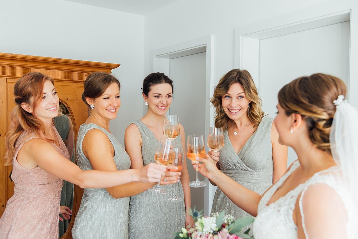 Getting Ready Braut mit Brautjungfern