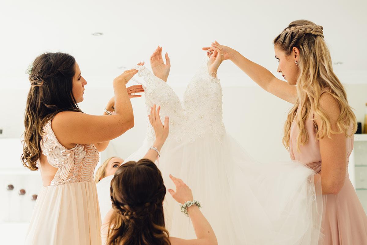 Getting Ready Brautkleid und Braut