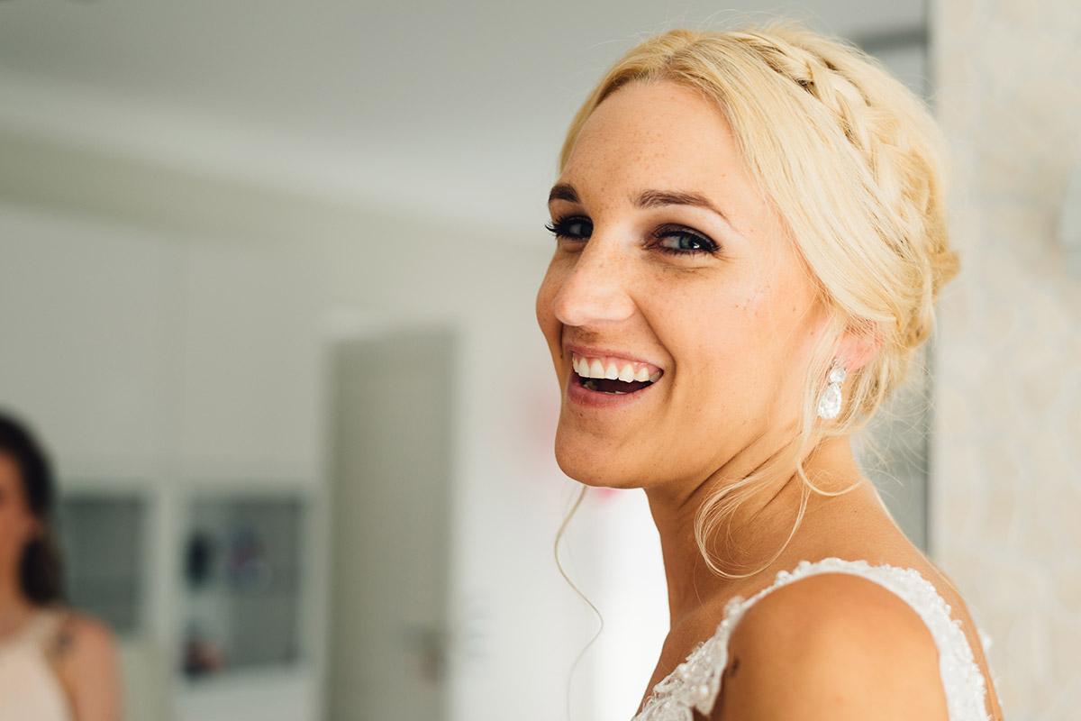 Getting Ready glückliche Braut