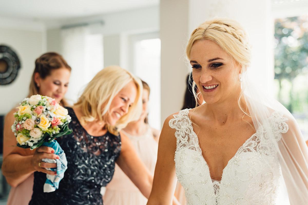 Getting Ready Hochzeitsreportage Schleier anlegen